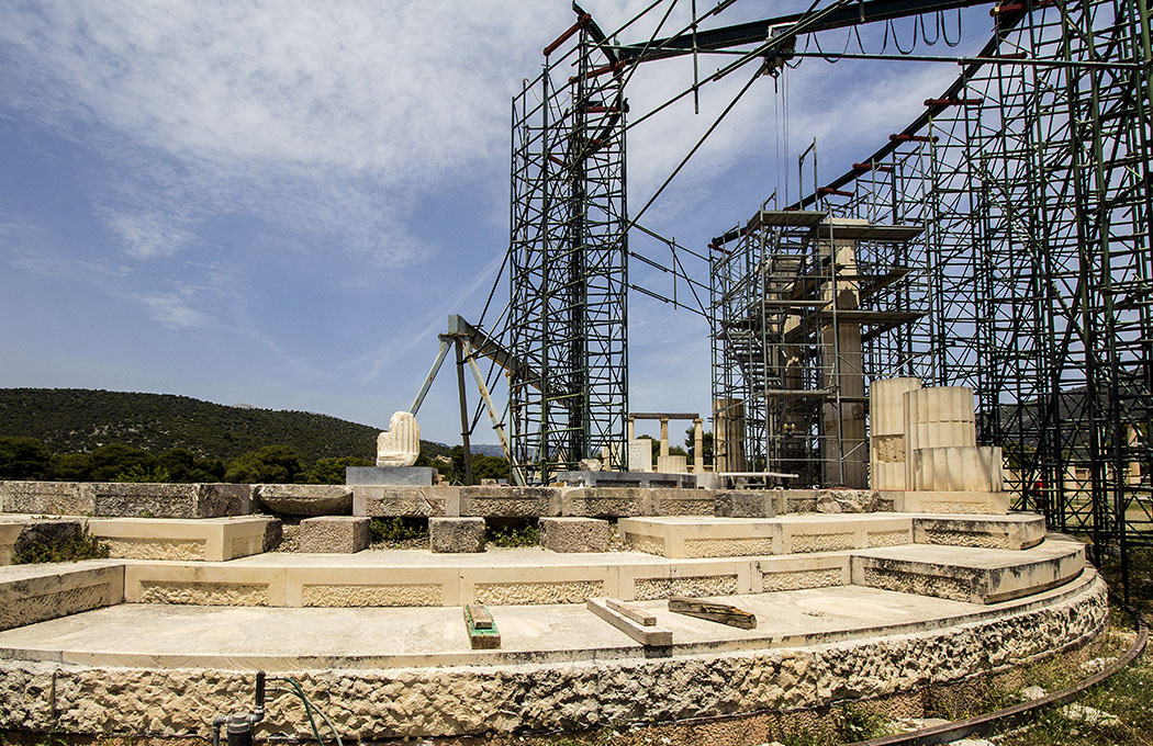 epidauros tholos temple sanctuary asklepios argolis peloponnese greece Prächtigstes Gebäude des Heiligtums ist die Tholos, allerdings sind nur ihre Fundamente erhalten. Momentan wird die Tholos wieder aufwändig rekonstruiert.