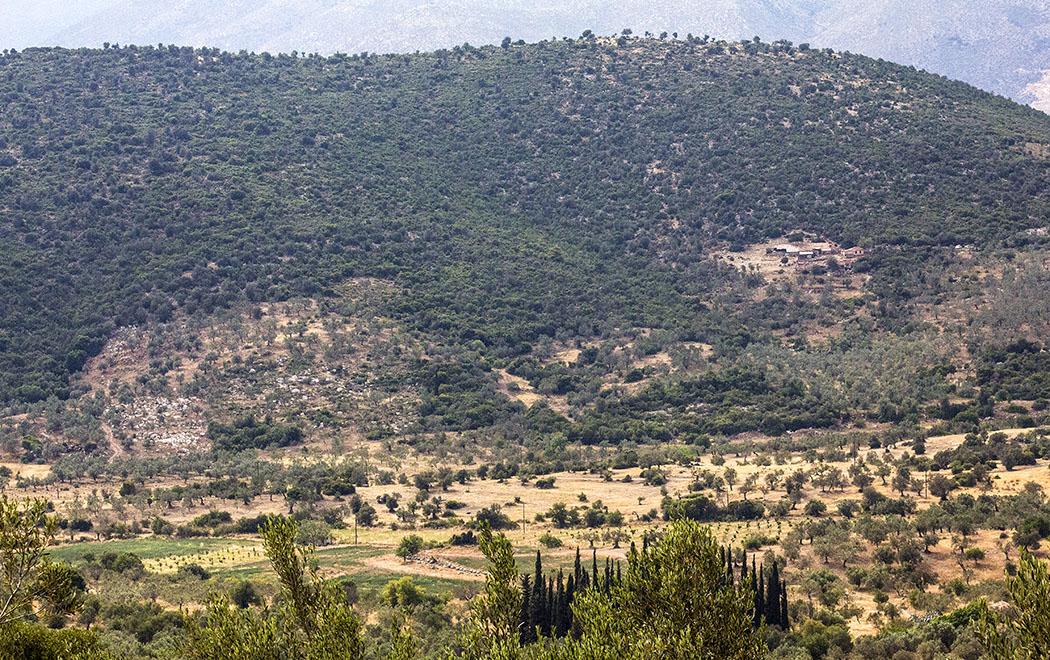 Die Aussicht vom Maleatas-Heiligtum in die fruchtbare Ebene des Asklepios-Heiligtums.