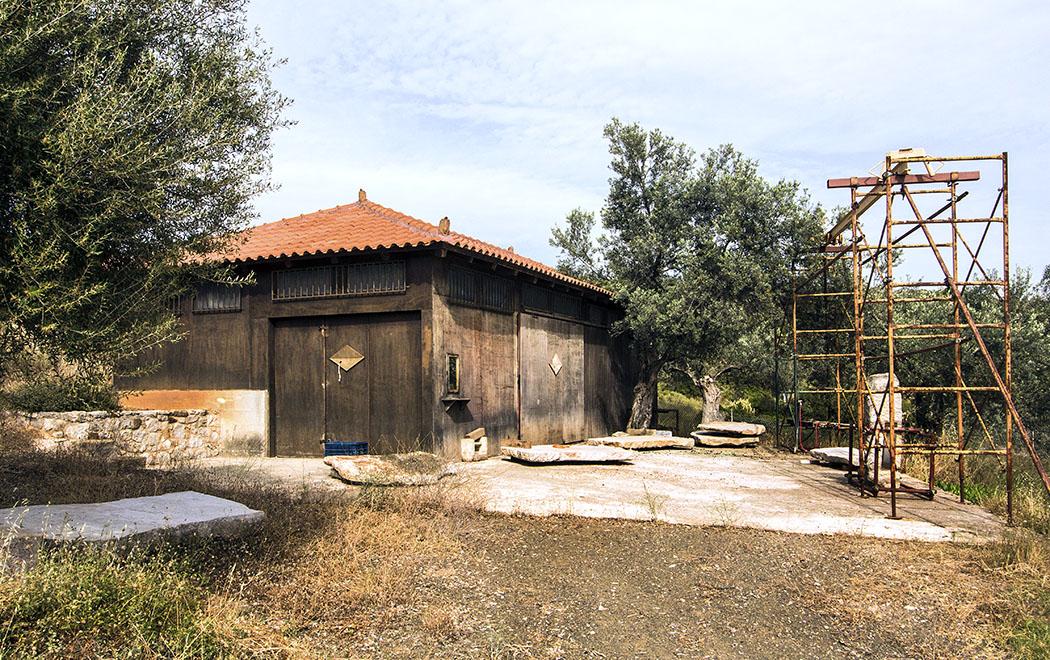 In der gegenüberliegenden Bauhütte werden die Architekturteile restauriert.