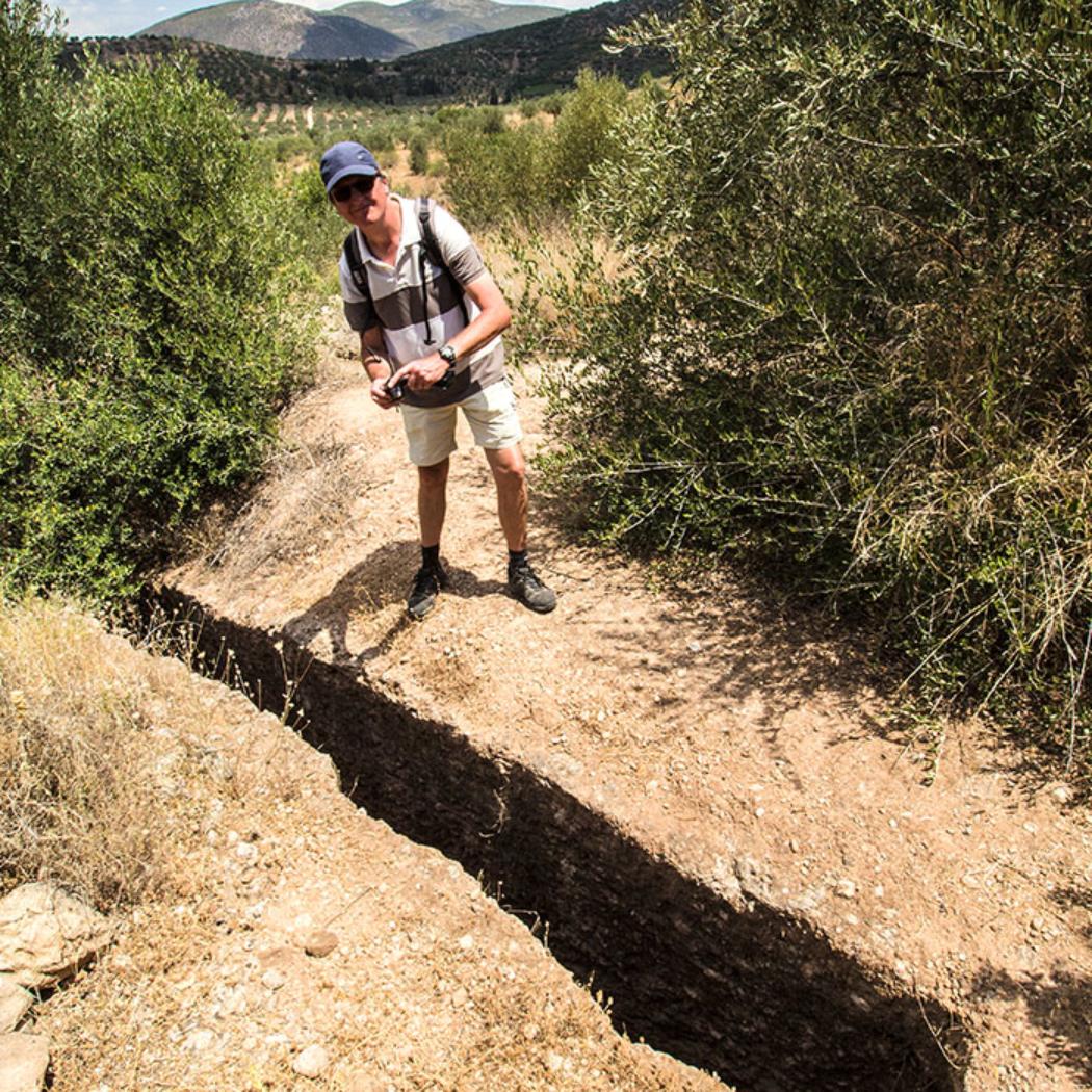 Hans vor dem schmalen Dromes des Kammergrabes. Unserer Schätzung nach ist der Felsspalt etwa 3 bis 4 Meter tief und etwa 6 bis 7 Meter lang.