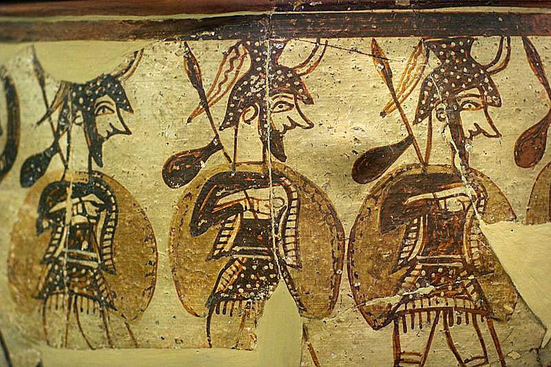 myenean warrior vase, Late Bronze Age, 12 century BC, National Archaeological Museum of Athens, Detail Die berühmte Kriegervase stammt aus Mykene und wird auf 1100 v. Chr. ( SH III C) datiert. Die Krieger sind vollständig gerüstet mit Helm, Brustpanzer, Beinschienen, und tragen Schild und Speer. An den Speeren ist ihr Vorratssack (Maza) angebunden. Foto: Wikipedia, Zde