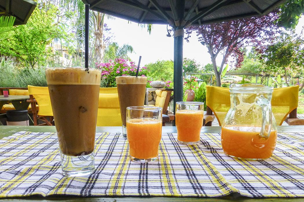 Griechischer Café frappé und natürlich frisch gepresster Orangensaft von der hauseigenen Plantage eröffnen den Urlaubstag.
