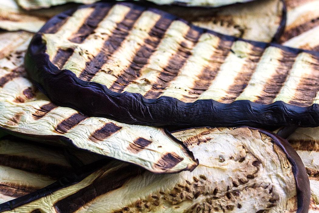Die Auberginen von beiden Seiten, mit einmal wenden etwa 4 – 5 Minuten, grillen.