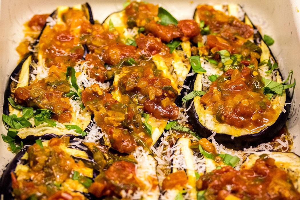 In dieser Reihenfolge die Zutaten einfüllen, bis sie aufgebraucht sind – eine Schicht Sauce und darauf Parmesan und Mozzarella bilden den Abschluss.
