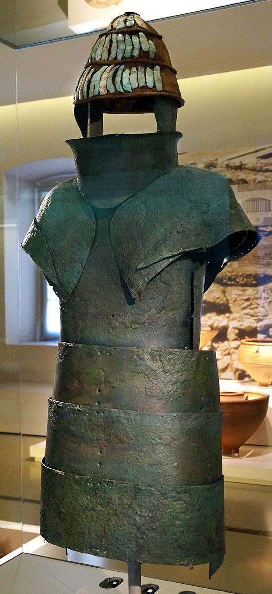 Mycenaean_armour_from_chamber_tomb_12_Dendra_schuppi Die mykenische Bronzerüstung von Dendra befindet sich im Archäologischen Museum von Nafplion. Foto: Wikipedia, Schuppi
