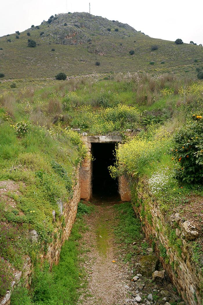 Tholos Tomb Tiryns nafplio argolis peloponnese greece wikipedia Schuppi Das Tholosgrab von Tiryns liegt am Fuß des Profitis-Ilias-Hügels und wurde um 1300 v. Chr. erbaut. Foto: Wikipedia, Schuppi