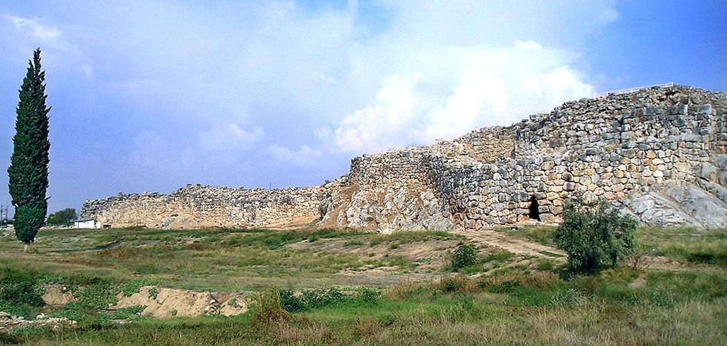 Tiryns mycenean citadel nafplio argos argolis peloponnes greece wikipedia Nick Stenning Die Mauern von Tiryns sind noch bis zu einer Höhe von siebzehn Metern erhalten. Die Gesamtlänge der Festung beträgt imposante 725 Meter. Foto: Wikipedia, Nick Stenning