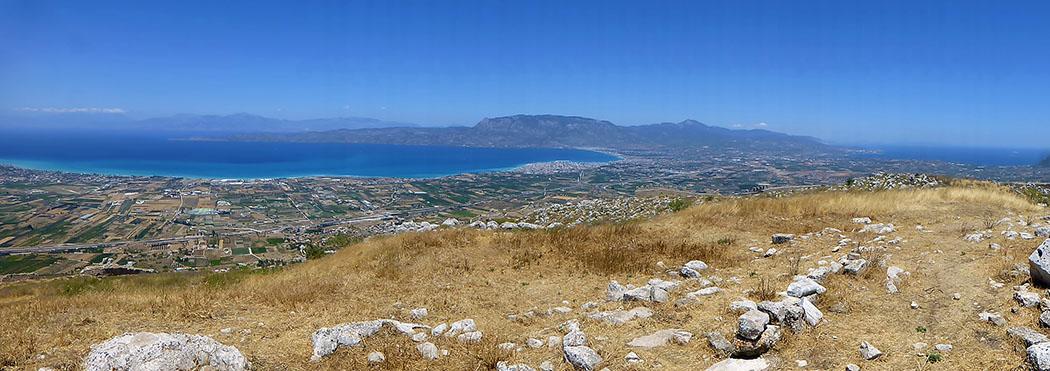 akrokorinth panorama gulf of korinth aegean see aphrodite temple corinth korinthia peloponnese greece Die Aussicht vom höchsten Punkt der Akrokorinth ist phänomenal und bietet den Blick auf zwei Meere: Das Ionische Meer am Golf von Korinth (links) und die Ägäis mit dem Saronischen Golf.