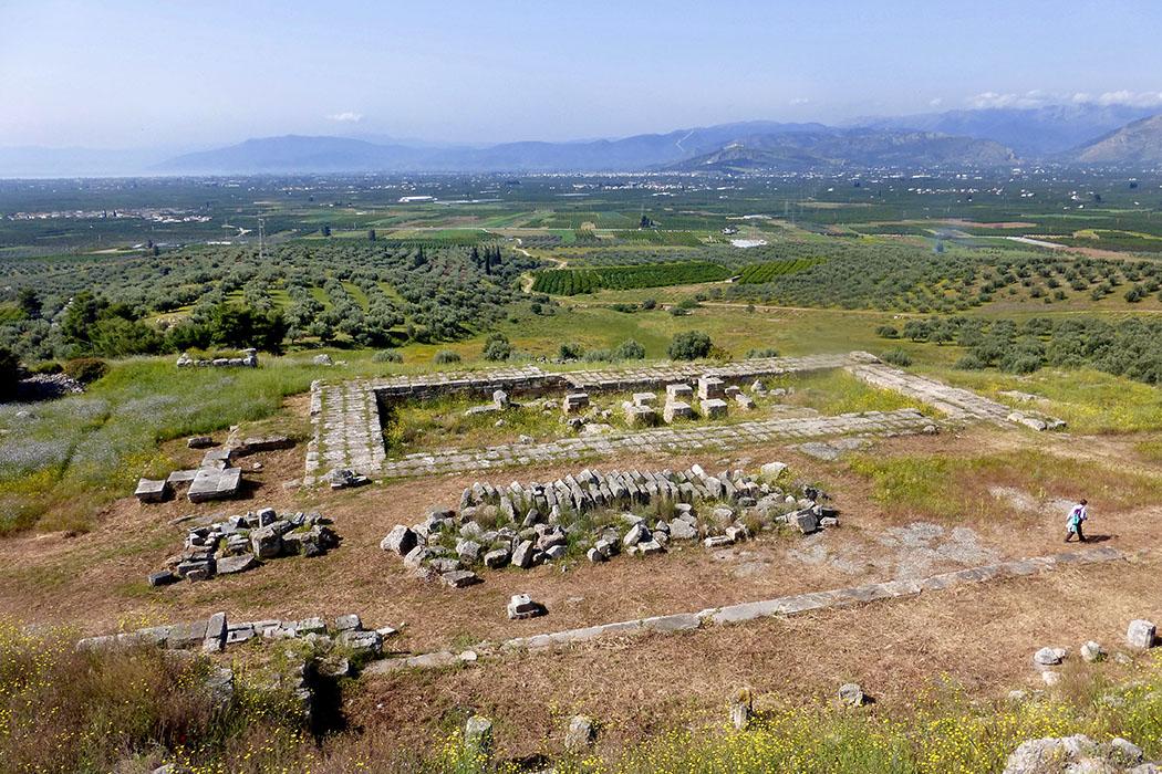 argos heraion flickr claire cox Vom Heraion von Argos bietet sich ein wunderschöner Blick auf die argivische Ebene. Das Heiligtum ist auf drei Terrassen am Hang angelegt und vermittelt noch heute ein eindrucksvolles Bild.