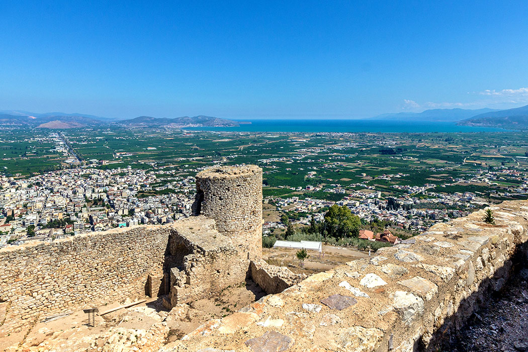 argos larissa citadel castle argolis peloponnese greece title - Aussicht von der Burg von Argos. Weit reicht der Blick über die Ebene bis zum Meer.