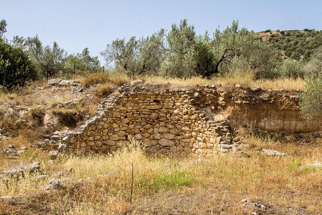 arkadiko tholos tomb kazarma ligourio nafplio argolis peloponnes greece Das mykenische Tholosgrab von Kazarma ist zwar eingestürzt, dennoch fanden die Forscher drei intakte Grabschächte in denen eine Frau und zwei Männer beerdigt waren.