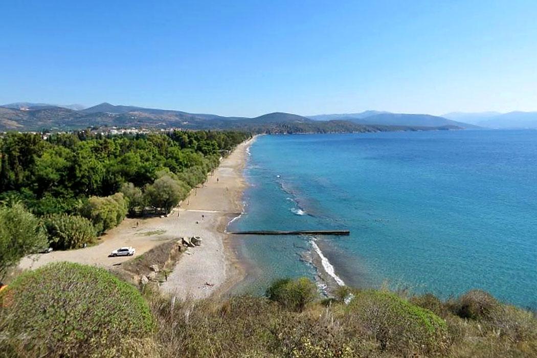 """asine kastraki beach camping tolo nafplio argolis peloponnese greece Vom Burgfelsen von Asine bietet sich ein wunderbarer Blick auf den Strand bei """"Kastraki Camping""""."""