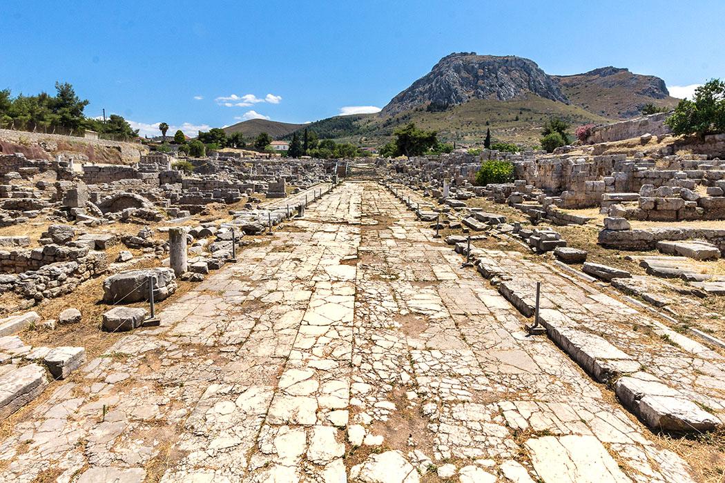 corinth ancient korinthos lechaion road akrokorinth peloponnese greece Die prachtvolle Lechaion Straße im antiken Stadtgebiet von Korinth war einst mit Luxusgeschäften gesäumt. Die Straße führte vom Hafen Lechaion bis zur Agora im Zentrum der Stadt.