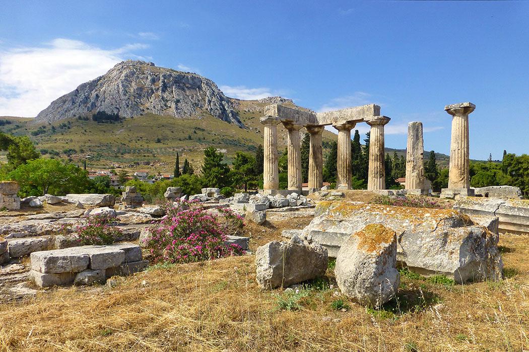 corinth ancient korinthos temple of apollo akrokorinth peloponnese greece Die ehrwürdige Ruine des Apollontempels dominiert das Ausgrabungsareal der antiken Handelsstadt Korinth, die von dem mächtigen Tafelberg Akrokorinth mit seiner Festung überragt wird.