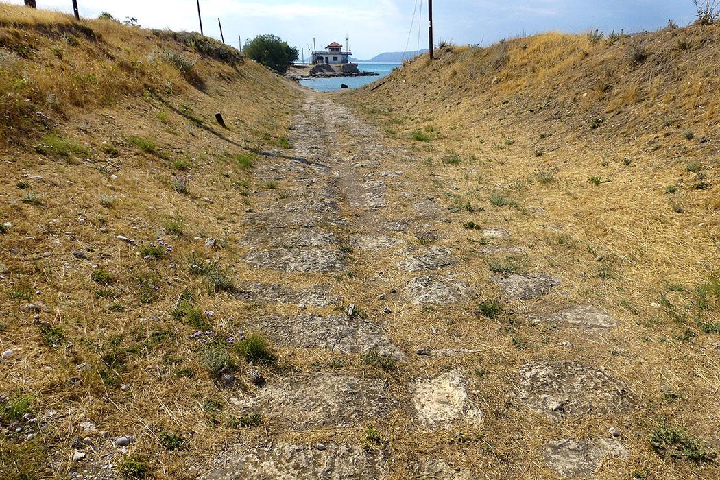 Reste des antiken Diolkos, einer antiken Schleifstraße, sind in Posidonia bei Korinth erhalten geblieben. Ab dem 6. Jhd. v. Chr. wurde diese Kombination der Spurrillenführung und des Überlandtransports von Seefahrzeugen erbaut und genutzt.