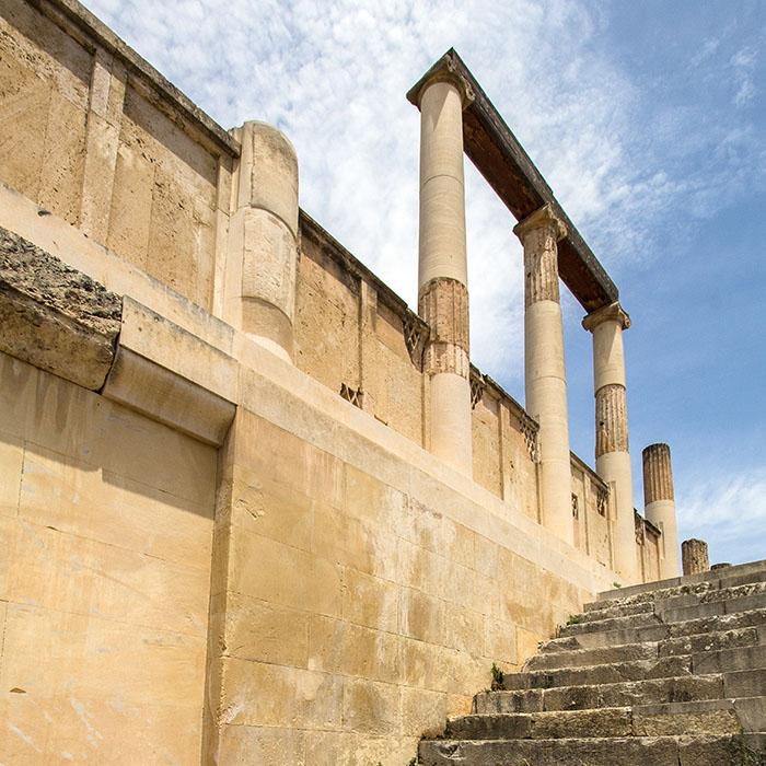 epidauros abyton 01 sanctuary of asklepios argolis peloponnese greece Im Abaton legten sich die Kranken zum Heilschlaf nieder. Das mehrstöckige Gebäude hatte eine Gesamtlänge von siebzig Metern.