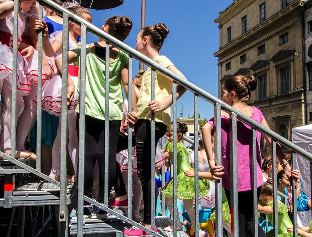 Die Mädchen der Ballettgruppe von Elina Petrou sprühen vor Lampenfieber.