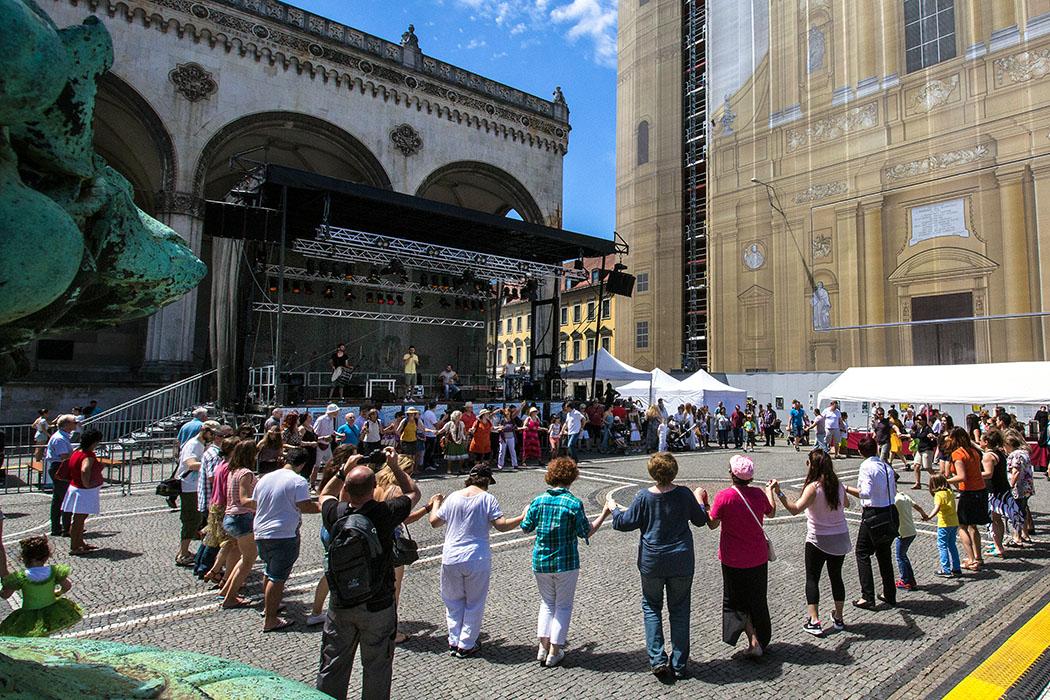 Die Besucher des Griechisch-Bayerischen Kulturtages 2016 beim Tanz zur Musik des Vereins der Griechen aus Pontos.