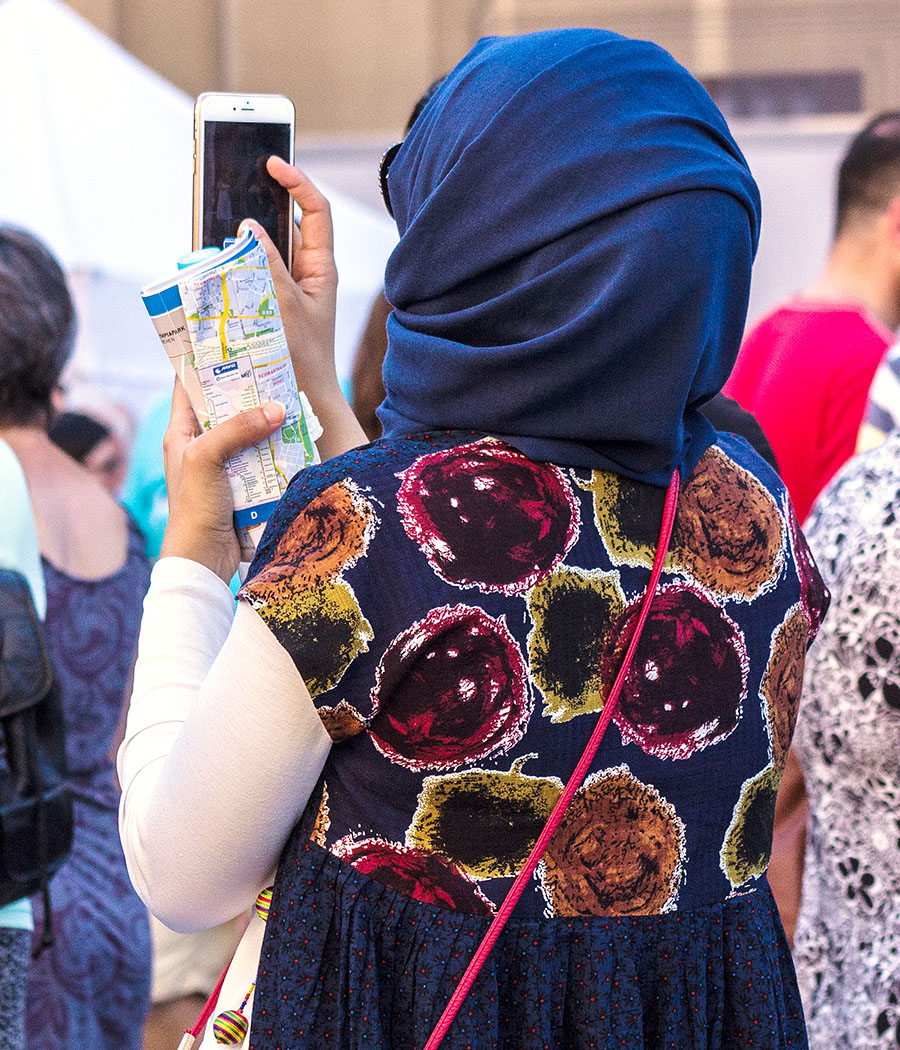 Eine Touristin ist völlig fasziniert vom Griechisch-Bayerischen Kulturtag.