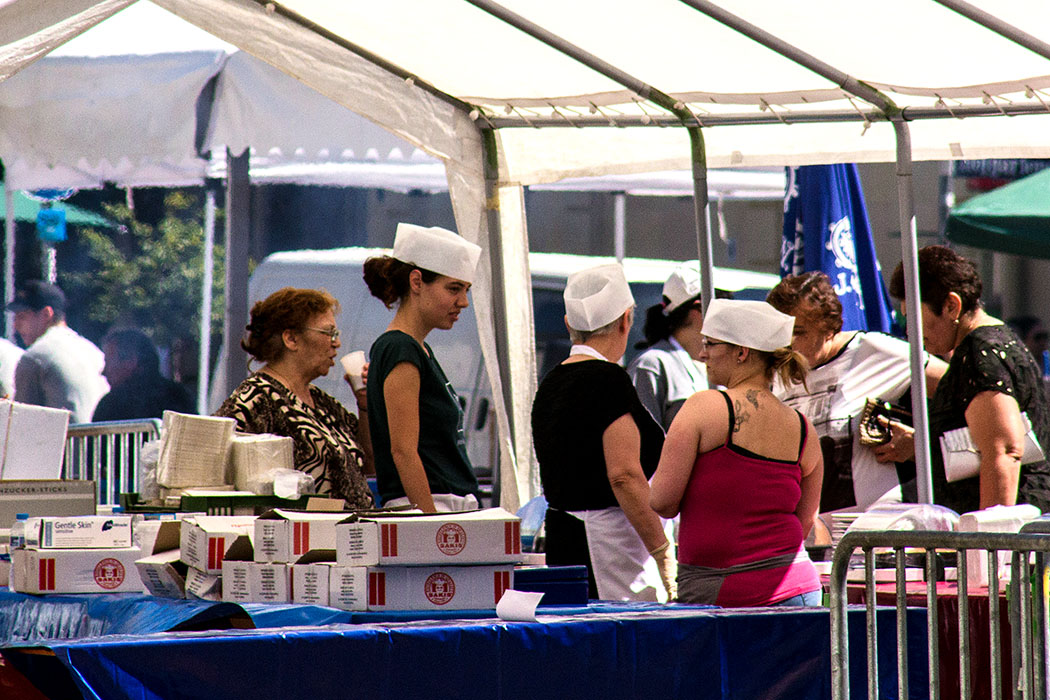 Die Damen am Dessert- und Kuchenbuffet waren besonders am Nachmittag gefragt.