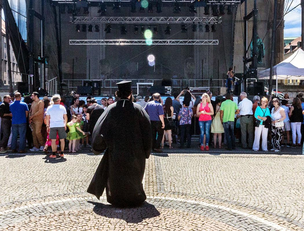 Archimandrit Georgios Siomos auf dem Weg zur Bühne.