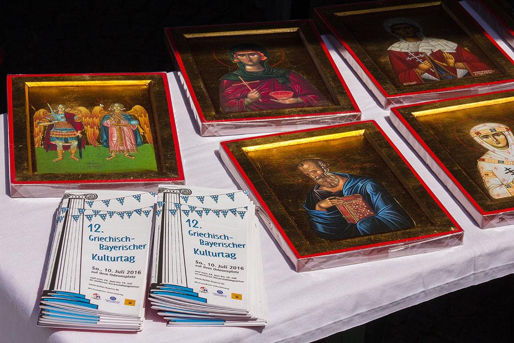 Am Stand der Griechisch-Orthodoxen Metropolie werden Ikonen verkauft, daneben die Programmhefte des Kulturtages 2016.