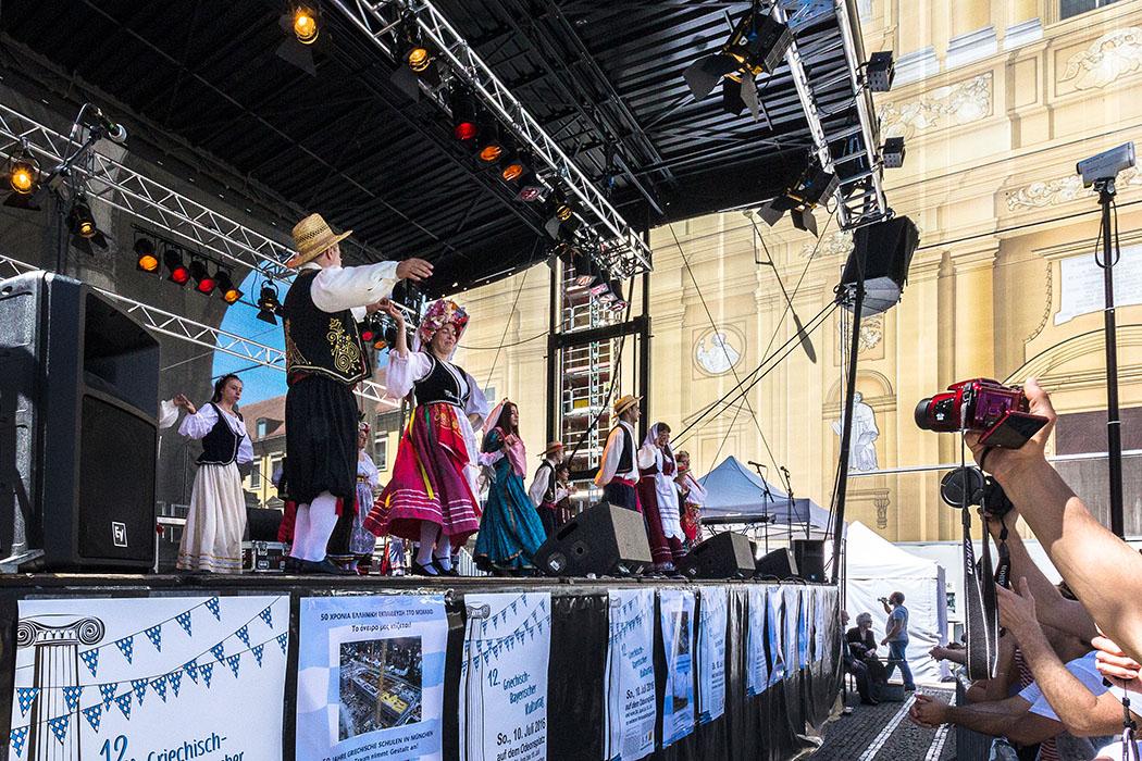 griechisch bayrischer kulturtag 2016 muenchen odeonsplatz tanz ionische inseln 01 - Griechisch-Bayerischer Kulturtag 2016 mit traditionellen Tänzen.