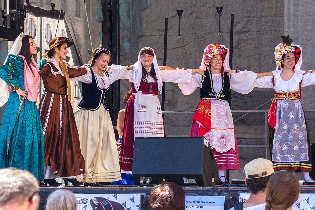 Die Damen vom Tanzverein der Ionischen Inseln haben trotz hoher Temperaturen Spaß.
