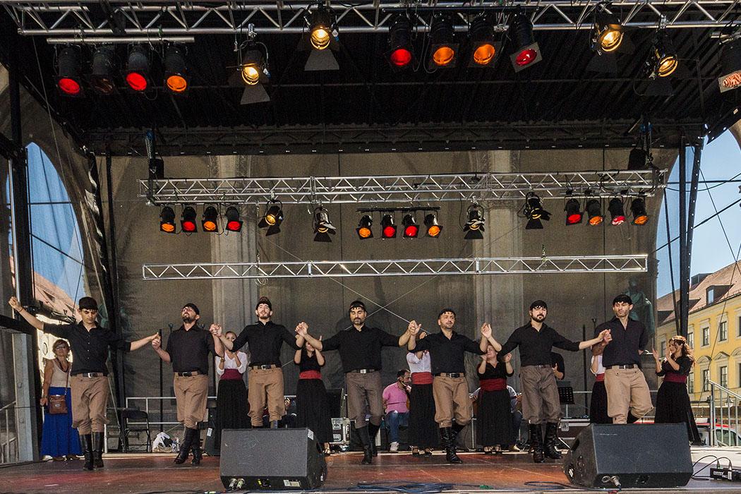 Der kretische Verein präsentiert ein Tanzintro, dass nur von Männern ausgeführt wird und einen kriegerischen Eindruck hinterlässt.
