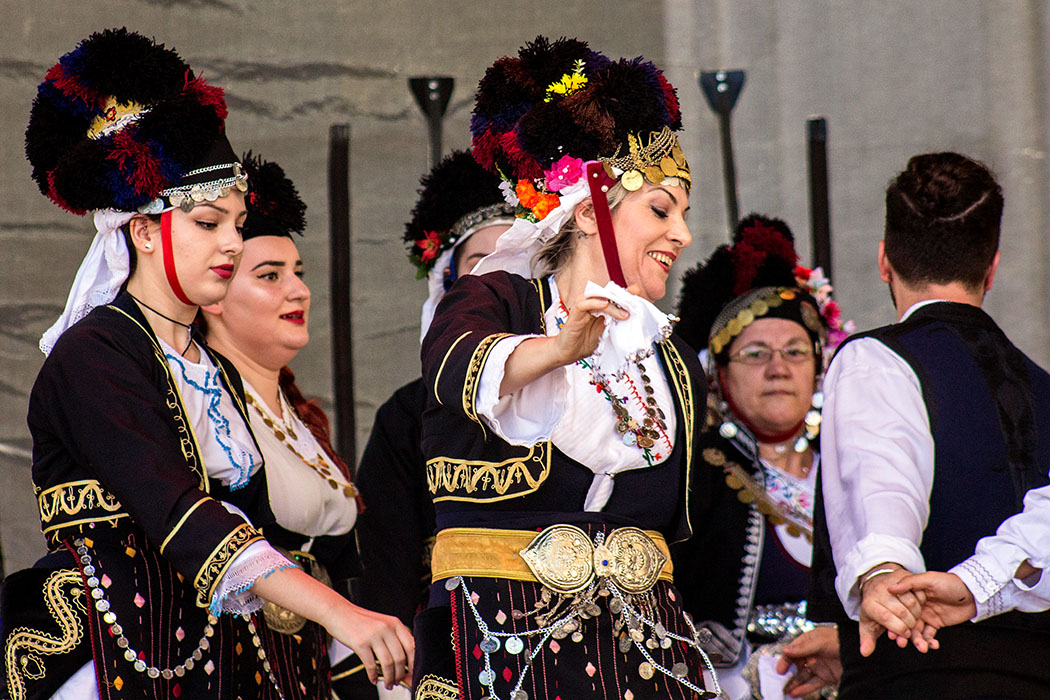 Die Damen vom makedonischen Tanzverein sind mit viel Spaß dabei.