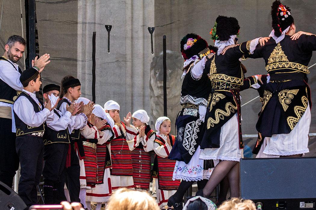 Beim Tanzverein der Makedonier beeindrucken vor allem die Damentrachten. Auch die Kinder haben bei den Tänzen mit vollem Eifer dabei.