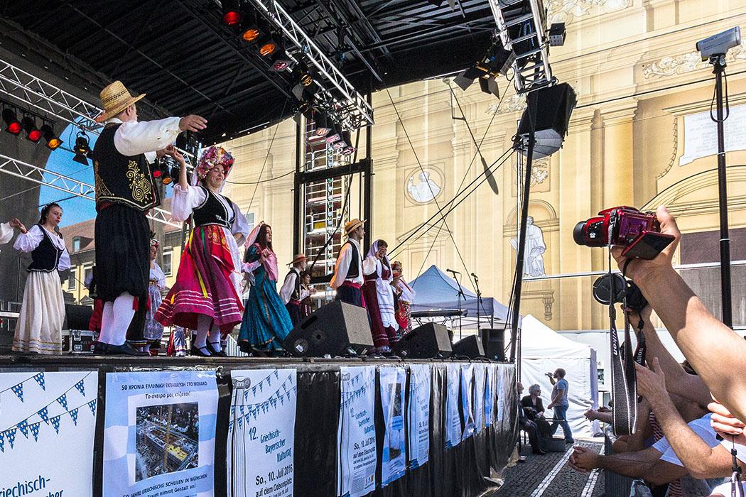 griechisch bayrischer kulturtag 2016 Griechisch-Bayerischer Kulturtag 2016: Der Verein der Ionischen Inseln, mit seiner farbenprächtigen Tracht, eröffnete bei traumhaftem Sommerwetter die Tänze.