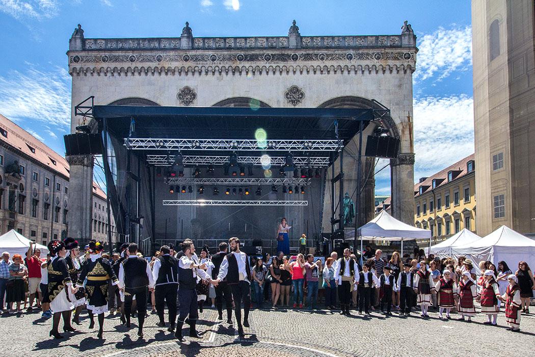 Der Tanzverein der Makedonier dreht seine Runden vor der Bühne, danach dürfen auch die Besucher mittanzen.