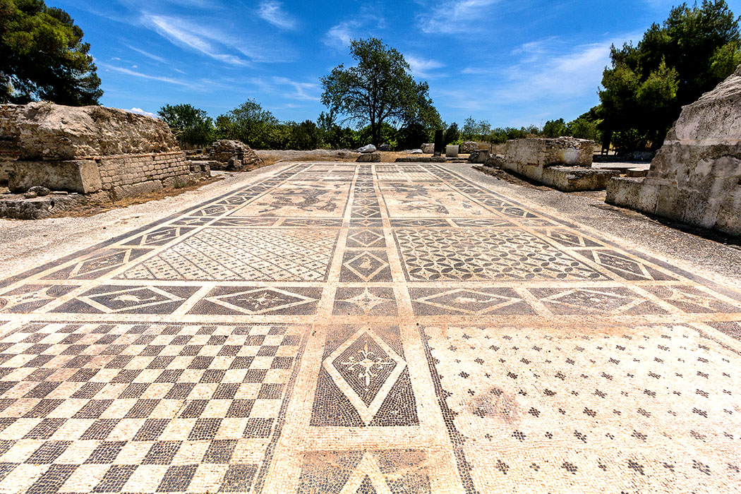 isthmia museum ancient mosaik roman thermae korinthia peloponnes greece Das imposanteste Gebäude von Isthmia ist eine römische Therme mit riesigen Mosaikboden aus dem 4. Jhd. n. Chr. Abgebildet sind See-Kentauren, nackte Nereiden und auf Delphinen reitende Putten.