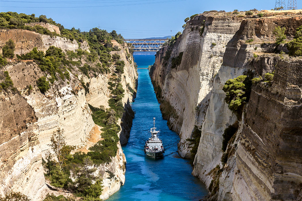 isthmus corinth korinthia corinth canal Footbridge boat crossing peloponnes greece Kanal von Korinth: Von der Bogenbrücke für Fußgänger haben wir einen perfekten Blick auf den Kanal und ein Schiff der griechischen Küstenwache.