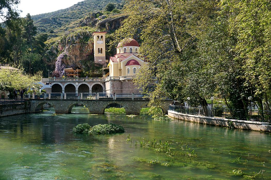 kefalari argos church Zoodochos Pigi argolis peloponnese greece Bei Kefalari wurde über einer Karstquelle die Kirche Zoodochos Pigi erbaut. Quelle, Kirche und Höhle sind beliebte Pilgerziele für Wallfahrer in der Region.