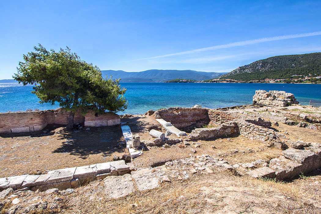 kenchriae ancient harbour isthmia corinth korinthia peloponnes greece 01 Am Nordende der Bucht von Kenchriae entdeckt man Fundamente eines großen römischen Gebäudes, vermutlich ein Aphroditeheiligtum aus dem 1. Jhd. Rechts daneben das Fundament eines antiken Wachturms.