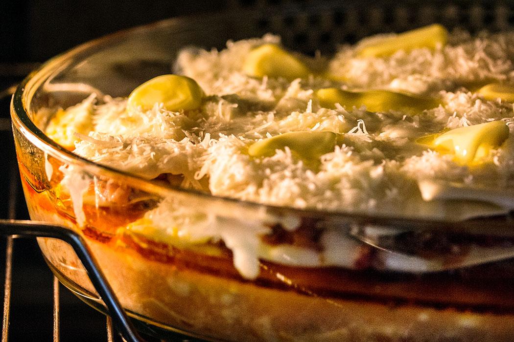 Zusätzlich sollten jetzt noch Butterflöckchen auf der Lasagne verteilt werden. Backofen auf 180 Grad Umluft vorheizen und 30 Minuten goldbraun backen.