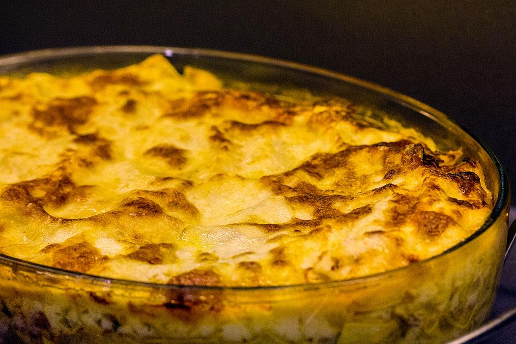 Die Lasagne noch fünf Minuten ruhen lassen, dann vorsichtig in Stücke schneiden.