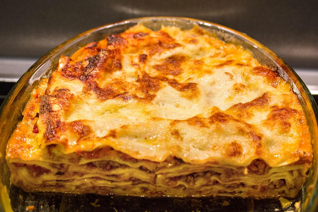 Golden schimmert die Lasagne. Die ersten Stücke sind schon verputzt!