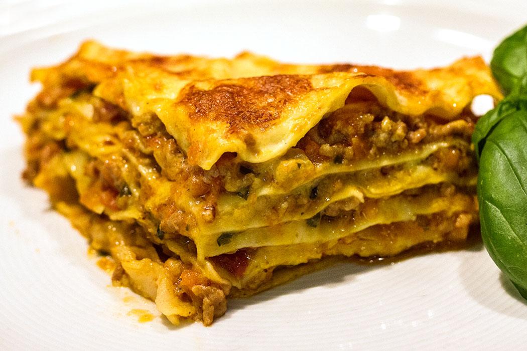 lasagne alla bolognese-title Soulfood pur: Lasagne alla bolognese ist eines der beliebtesten italienischen Rezepte und eines der Nudelgerichte, die Groß und Klein gleichermaßen begeistern.