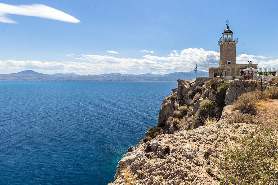 lighthouse cape melagavi heraion perachora loutraki korinthia peloponnese greece Der Leuchtturm von Kap Melagavi liegt an der äußersten Spitze der Halbinsel von Perachora und überwacht den Schiffsverkehr nach Korinth.