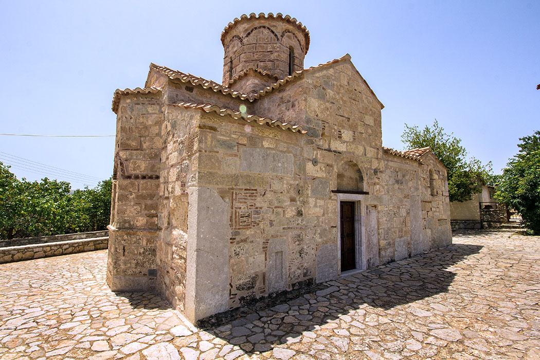 ligourio Agios Ioannis Eleimona church byzantine nafplio argolis peloponnes greece Die Kirche Agios Ioannis Eleimona in Ligourio wurde im 10. Jhd., vermutlich als Klosterkirche, erbaut und ist die älteste byzantinische Kirche der Region.