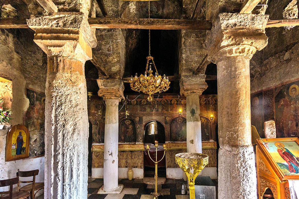 ligourio agia marina church nafplio argolis peloponnese greece ol 01 Die Kirche Agia Marina, bei der Kleinstadt Ligourio, steht auf antiken Fundamenten. Auch ihr Inneres zeigt Säulen aus diesem Vorgängerbau.