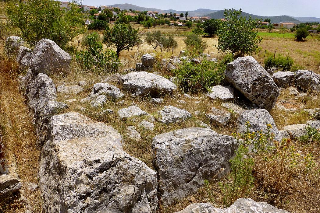 ligourio pyramid tower nafplio argolis peloponnese greece Die quadratischen Fundamente der Pyramide von Ligourio. Leider ist nur noch die unterste Reihe der angeschrägten Steinquader erhalten.