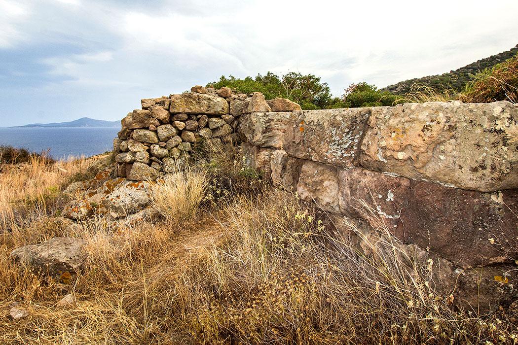 methana akropolis oga geometric citadel 01 piraeus attica greece Auf dem höchsten Punkt von Oga befindet sich ein hellenistisches Turmfundament. Oga war ein strategisch perfekt gewählter Platz auf der Halbinsel Methana.