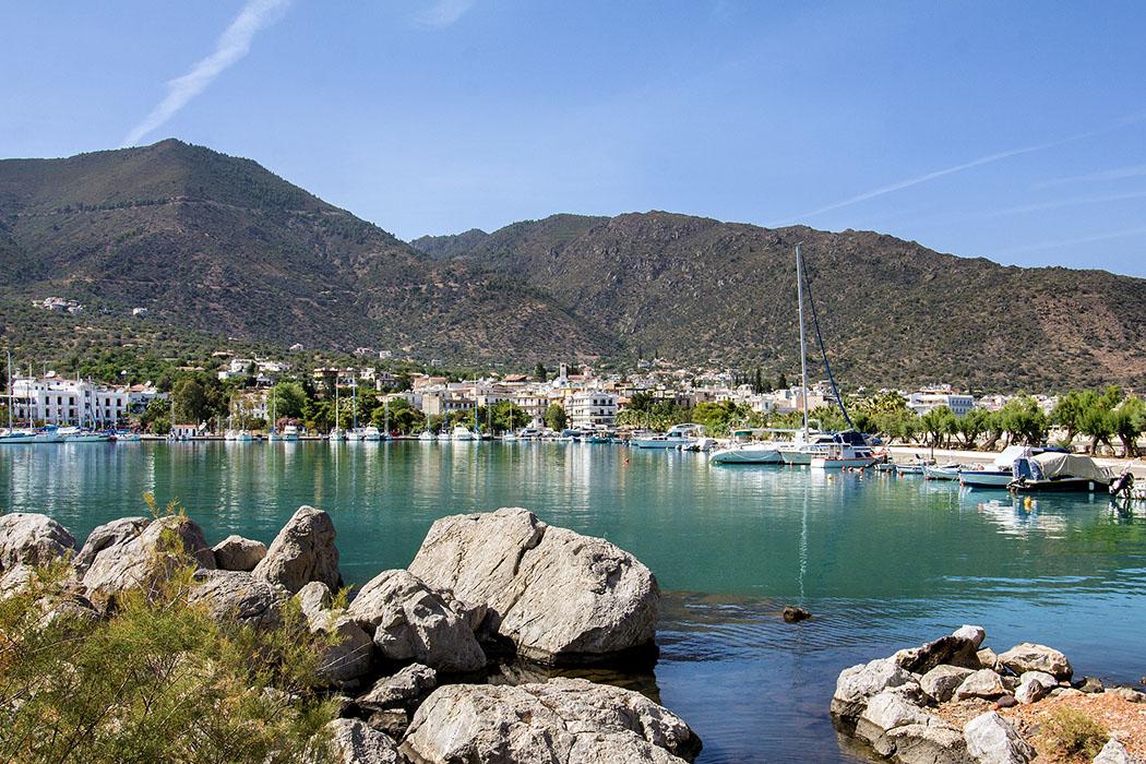 methana harbour troizen piraeus attica peloponnes greece Der malerische Fischerhafen von Methana wird auch durch warme Schwefelquellen gespeist, daher hat das Becken auch seine milchig-grüne Färbung.
