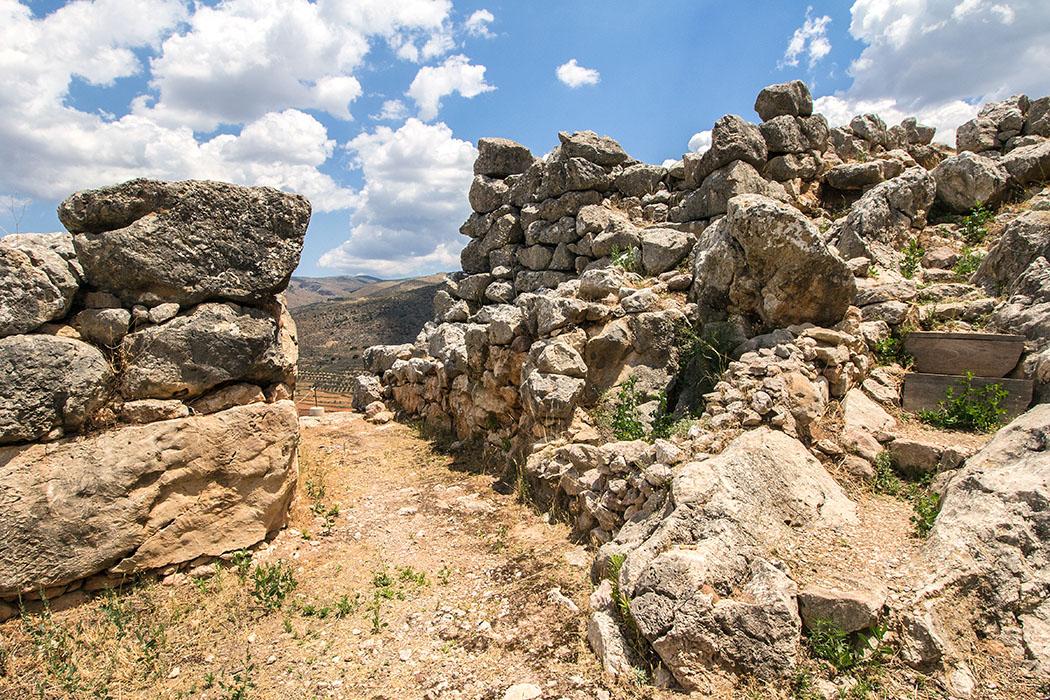 midea mycenean citadel east gate nafplio argos argolis peloponnese greece Das monumentale Osttor war der Haupteingang, der auch zur Oberburg führte. Die Befestigungsmauern sind hier sieben Meter tief. In der Türschwelle ist noch das Drehloch für die Türangel sichtbar.