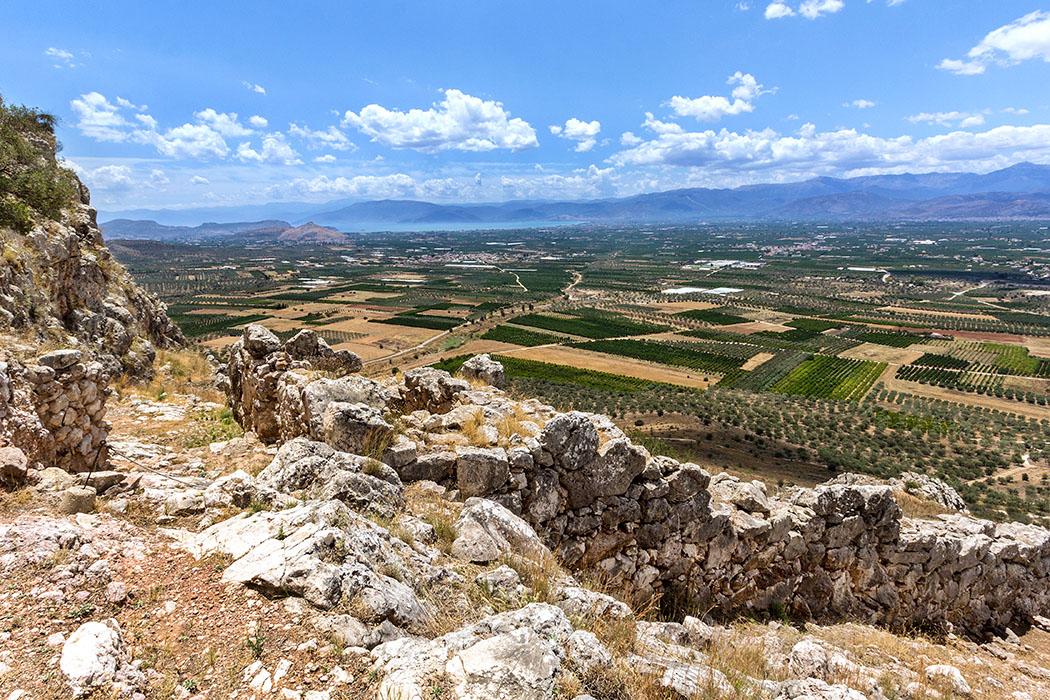 midea mycenean citadel west gate nafplio argos argolis peloponnese greece Das Westtor von Midea steht an einer steilen Felskante, die Ober- und Unterburg abgrenzt. Die Befestigungsmauer endet am Tor mit dem Fundament eines Wachturms. Im Hintergrund die Bucht von Argos mit dem hellen Kegelberg Profitis Ilias unter dem sich die Burg von Tiryns befindet.