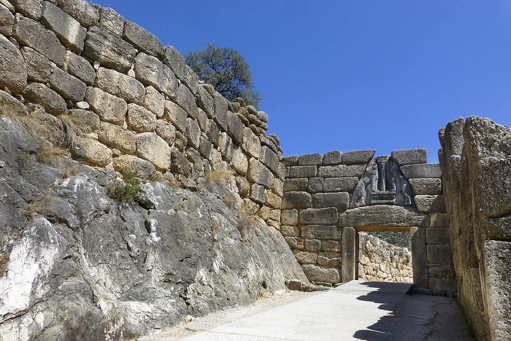1177 v. Chr. – Der erste Untergang der Zivilisation, von Eric H. Cline - mycenae lionsgate gate argolis peloponnese greece - Es wurde um 1250 v. Chr. erbaut und nachträglich, in die etwa einhundert Jahre älteren Burgmauern, eingefügt.